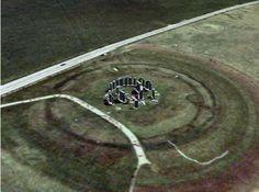 ARQUITECTURA MEGALÍTICA -  henge o cromlech  El henge o cromlech más conocido e impresionante de los cuales es el de Stonehenge, en la región inglesa de Wessex, construido hacia el 1800 a.C. Está compuesto por treinta monolitos de más de cuatro metros de altura dispuestos en un círculo de 30 metros de diámetro y unidos por treinta dinteles; en el interior de este círculo hay cinco grupos de tres piedras (una de ellas actúa como dintel sobre las otras dos, verticales).