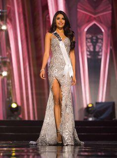 2017-Kristal Silva, Miss México- KRISTAL SILVA, MISS MÉXICO  La concursante del país azteca deslumbró con este vestido plateado con abertura frontal.