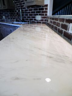 Epoxy Countertops that look like Marble - diy bathroom diy kitchen Diy Concrete Countertops, Painting Countertops, Countertop Materials, Painted Laminate Countertops, Painted Granite Countertops, Epoxy Resin Countertop, Spray Paint Countertops, Stone Coat Countertop, Diy Projects