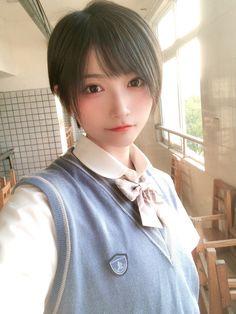 School Girl Japan, Cute Asian Girls, Cute Girls, Cool Girl, Beautiful Japanese Girl, Japanese Beauty, Girl Short Hair, Short Girls, Body Poses