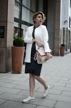 Outfit Dress with white blazer | Glasschuh.com #dress #white #outfit #shorthair #blogger