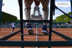 The umpire has quite the view there.   L'arbitre a une belle vue d'ici.