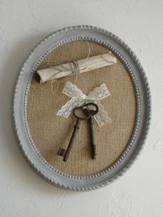 Cute and easy to decorate your home. Key Crafts, Frame Crafts, Diy Frame, Diy Crafts To Sell, Decoration Shabby, Shabby Chic Decor, Chabby Chic, Old Keys, Creation Deco