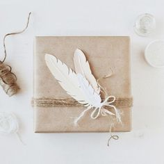 Inspiration/DIY: Gift wrapping / Geschenke verpacken The Effective Pictures We Offer You About gifts Creative Gift Wrapping, Creative Gifts, Wrapping Ideas, Wrapping Gifts, Pretty Packaging, Gift Packaging, Photobooth Ideas, Paper Feathers, White Feathers