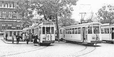 """Antwerpen, Franklin Rooseveltplaats, vroeger Victorie- of Gemeenteplaats. De trams van de buurtspoorweg of """"boerentram"""" van de lijnen 64, 65 richting Luchtbal, Merksem en verder naar het noorden. Op de achtergrond het Atheneum van Antwerpen."""
