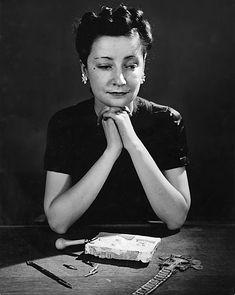 * Line âgée de 25 ans, pose devant un moule en plâtre en cours de réalisation, ébauche de l'objet qui sera fondu en bronze (1939)