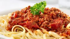 I love a hearty plate of spaghetti. Unfortunately so many commercial spaghetti sauces are loaded with sodium. Even many recipes for homemade spaghetti sauce call for massive amounts of salt, and this is on top … Low Sodium Spaghetti Sauce, Spaghetti Sauce Easy, Homemade Spaghetti, Beef Sauce, Meat Sauce Recipes, Spaghetti Bolognese, Spaghetti Lasagna, Pasta Carbonara, Low Sodium Recipes