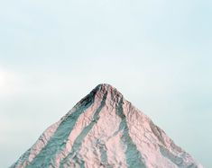 Avec une seule feuille de papier ou d'aluminium, l'artiste Yuji Hamada crée des montagnes minimalistes qui lui permettent de s'interroger sur la réalité des paysages majestueux tels qu'on les voit dans les cartes postales. Vous pouvez voir le reste de cette série avec une autre que j'aime bien sur des branches tombées dans la neige …