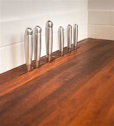 In-counter knife storage. Removes the look of a freestanding knife block but keeps knives close at hand. Austin, Texas, woodworker Daniel Vos of DeVos Custom Woodworking says he custom makes these slots in new wood countertops that he also fabricates. Smart Kitchen, New Kitchen, Kitchen Layout, Copper Kitchen, 1970s Kitchen, Kitchen Hair, Espresso Kitchen, Ranch Kitchen, Funny Kitchen