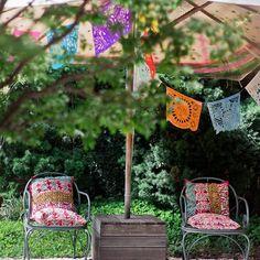 um jardim acolhedor, uma mesa de jantar do lado de fora, um sofá colorido e uma anfitriã cheia de energia!!! tudo isso faz parte da matéria que produzimos em parceria com o @ilove.e para fechar o ano... ♥ quem quiser ver a casa completa da @aninhagonzalezgastronomia é só acessar o site deles (ou o link que colocamos na nossa bio)!!! a gente garante que a casa é uma delícia só, então vale a pena conferir #casadeverão #iLoveeHistoriasdeCasa #decoração #jardim #todacasatemumahistoria foto…