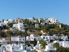 Weiße Ferienhäuser in attraktiver Hanglage in Bodrum am Mittelmeer in der Provinz Mugla in  der Türkei