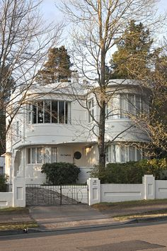 Art Deco Style :: Olympus House, Blue Mountains Australia by Isaac Toth Art Nouveau, Art And Architecture, Architecture Details, Beautiful Buildings, Beautiful Homes, Casa Art Deco, Blue Mountains Australia, Design Industrial, Design Furniture