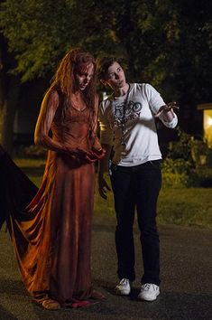 Kimberly Peirce and Chloe Grace Moretz in Carrie Carrie Movie 2013, Horror Icons, Horror Films, Chloe Grace Moretz, Horror Halloween Costumes, Carrie White, Classic Horror Movies, Movie Photo, Weird