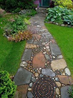 How to Make a Pebble Mosaic - house crush.ideas for our next home - How to Make a Pebble Mosaic Mixed material mosaic walkway. Mosaic Walkway, Pebble Mosaic, Stone Mosaic, Rock Walkway, Rock Mosaic, Pebble Stone, Pebble Art, Slate Stone, Slate Walkway