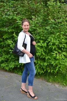 Week 24, maternity style for summer. Pregnancy style. go to see more: http://omanelamansamalli.blogspot.fi/2016/06/maternity-jeans.html #week24 #maternitystyle #streetstyle #howtodresswhitejacket #spring