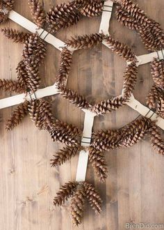 Glue pinecone to tip of each point This simple pinecone snowflake wreath is the perfect snowy season decoration! Learn how to make this easy pine cone wreath today! Pine Cone Art, Pine Cone Crafts, Christmas Projects, Pine Cones, Holiday Crafts, Pine Cone Wreath, Pine Cone Decorations, Christmas Decorations, Homemade Christmas