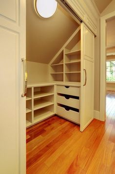 Un placard convenable pour la chambre sous pente. http://www.m-habitat.fr/petits-espaces/dressing/les-dressings-sur-mesure-2643_A