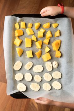 child holding tray of chopped banana and mango ready for freezing Healthy Frozen Yogurt, Healthy Ice Cream, Toddler Food, Toddler Meals, Led Weaning, Frozen Banana, Summer Desserts, 3 Ingredients, A Food