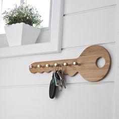 Llavero mural de bambú. Muy práctico en una entrada, ¡sus 6 colgadores te ofrecen un lugar para organizar tus llaves y que no se pierdan por casa!Características del llavero mural:- De bambú con acabado natural. Se fija a la pared.- 6 ganchos de metal pulido para colgar las llaves.Se entrega montado.Dimensiones: - an.35 x al.12,5 x prof.4 cm.