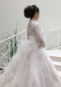 YP-11702(OW) - 桂由美 ウエディングドレス - 総ビジューレースの桂由美のオートクチュール仕立てのマリエ。 こちらは北川景子さんが着用されたドレスと同じデザイン…ゴージャス感と気品あふれる桂由美のこだわったウエディングドレスです。 フロントの美しいAラインからのバックにボリュームを持たせた、ロングトレーンの流れが大聖堂を思わせる豪華な仕上がりになっています