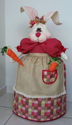 Capa botijão de gás - Coelha no Easter 2018, Kitchen Aprons, Craft Bags, Country Crafts, Bunny Rabbit, Soft Furnishings, Paper Flowers, Sewing Crafts, Quilts