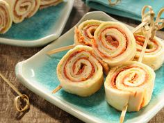 Bouchées apéritives à la mexicaine composées de tortillas, jambon de poulet, guacamole et purée de tomate confite.