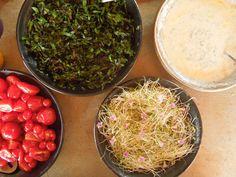 folhas de beterraba + broto de alfafa com flores de trevo do jardim + molho iogurte com hortelã + tomates coração