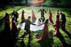 photo de mariage en plein air : danse collective en cercle autour des mariés