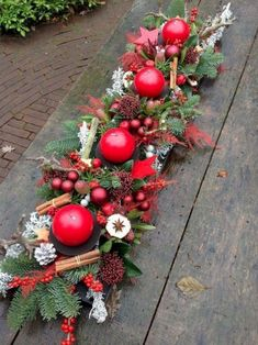 Cheap and Easy Christmas Centerpiece Ideas that you can Make in a Jiff - Hike n Dip Thinking about easy and cheap christmas centerpiece ideas that you can do by yourself? Look here for some of the easiest Christmas centerpiece ideas. Christmas Flower Arrangements, Christmas Table Centerpieces, Country Christmas Decorations, Christmas Flowers, Christmas Tablescapes, Christmas Candles, Xmas Decorations, Christmas Wreaths, Centerpiece Ideas