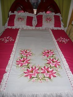 Risultati immagini per pintura em tecido Ribon Embroidery, Flower Embroidery Designs, Applique Designs, Fabric Drawing, Fabric Painting, Bed Sheet Painting Design, Bed Cover Design, Clothing Store Displays, Hand Painted Fabric