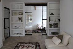 Boks architectuur en suite stalen deuren