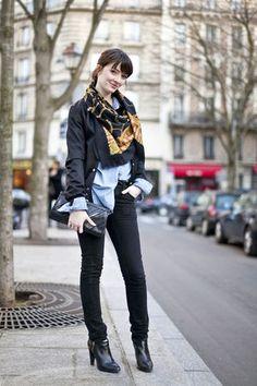 スカーフをアクセントに大人な着こなし!40代ファッションのアイデア