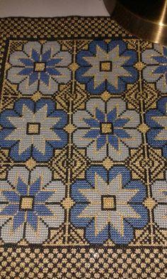 Cross Stitch Art, Cross Stitch Embroidery, Cross Stitch Patterns, Needlepoint Pillows, Crochet Tablecloth, Needlework, Bohemian Rug, Arts And Crafts, Knitting