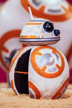 """Antes mesmo do novo filme da saga """"Star Wars"""" ser lançado nos cinemas em dezembro passado, novos produtos foram sendo lançados no mercado e foi aquele bafafá. Pais saudosos contagiaram ..."""