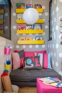 Cantinho para relaxar e ler... para te inspirar... 💛 www.artecomquiane.com 💟 💟  #artesanato #diy #amor #handmade #craft #retrô #rosa #verde #romântico #festa #decor #amarelo #livro #almofada #love cantinho #varanda