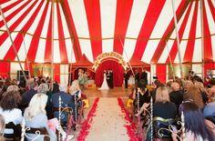 Cérémonie sous un chapiteau pour un mariage sur le thème du cirque