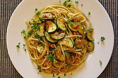 Spaghetti mit Studentenfutter und Zucchini (Rezept mit Bild) | Chefkoch.de