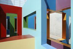 Labirinto colorido marca galeria inglesa. Espaço recebeu instalação do artista Krijn de Koning