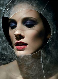 Inspirado en las piedras preciosas, se concentra en ojos smokey y labios intensos. La piel se preparó con Lumi Magique y corrector de la misma línea. En los ojos se usó el cuarteto de sombras Color Riche P17, junto al delineador Super Liner Blackbuster y la máscara False Lash Wings, para aportar dramatismo. La voluptuosidad del Color Riche 331 colorea los labios completando el look. Maquilló Estudio Brandt Maculan con productos L'Oréal Paris.