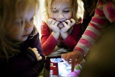 It og digitale medier har kæmpe pædagogisk potentiale i daginstitutioner. Men det kræver pædagogisk udvikling og efteruddannelse for ikke at ende i et scenarie domineret af voksenkontrol og ikkekropslige aktiviteter