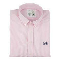 Camisa casual Le Veló de manga larga rosa y blanca a rayas confeccionada en un suave tejido 100% algodón de alta calidad. Cuello corto tradicional abotonado y bien estructurado. Puño redondeado clásico con dos botones. Ideal para cualquier ocasión. Modelo Pink Emerald Boulevard de Le Veló #ModaHombres #ForHim #Camisa #leveló #ModaOhMyChic