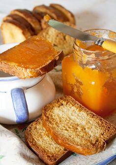 Una buona colazione con fette biscottate e marmellata