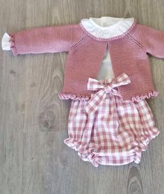 Baby Clothing Set: Romper, Collar, Bonnet And Booties Get the look: This complete baby clothing set includes- Romper With Crochet Bodice Ruffle Col Knitting For Kids, Baby Knitting Patterns, Crochet For Kids, Sewing For Kids, Baby Sewing, Crochet Baby, Toddler Outfits, Kids Outfits, Pull Bebe