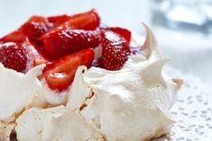 Aquafaba neboli veganský sníh: Jak na něj? Strawberry Pavlova, Pavlova Cake, Meringue Desserts, Cake Stock, Creamed Eggs, Eating Plans, Cake Pans, Fresh Vegetables, Serving Platters