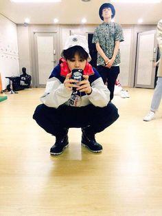 Không biết là thói quen hay sở thích, nhưng việc ngồi xổm của Jimin (BTS) đã trở thành một việc thường thấy đối với fan.