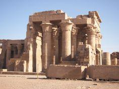 La sala hipóstila de este templo es la que mejor se conserva hoy en día, la cercanía del templo al Nilo y las constantes inundaciones ha afectado al templo. Mount Rushmore, Mountains, Nature, Travel, World, Egypt, Temple, Naturaleza, Viajes