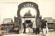 Alicante, Balneario Diana. Era uno de los más elegantes y sofisticados, incluía además de las dependencias propias para el baño, un puesto de periódicos y restaurante, así como un servicio de galera para recoger a ciertos clientes a domicilio- Entrada al balneario