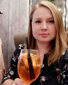 Piąteczek w @pelier_bistro 😉 Na instastory możecie zobaczyć co kryje się u nich w podziemiach 🍹🍸 Polecam, koktajl bar robi wrażenie 👏 . #aperolspritz #pelier #polishgirls #polishgirl #blondehair #blondynka #drink #drinktime #friends #friendstime #aperoltime #wieczornamiescie #polskakobieta #mamamawychodne Mozzarella, Alcoholic Drinks, Bar, Food, Bulgur, Alcoholic Beverages, Meal, Essen, Hoods