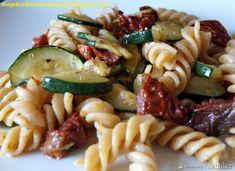 Razowy makaron z cukinią i suszonymi pomidorami - przepis ze Smaker.pl Pasta, Ethnic Recipes, Food, Essen, Meals, Yemek, Eten, Pasta Recipes, Pasta Dishes