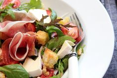 nectarine, walnut, white castello cheese and prosciutto salad with croutons Prosciutto, Summer Salads, Vinaigrette, Fresh Rolls, Food Inspiration, Tapas, Side Dishes, Food And Drink, Lunch